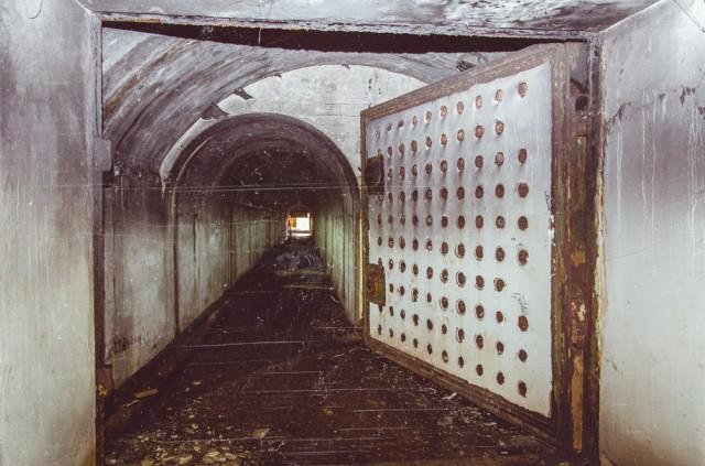 Masyvios durys saugo aptarnavimo tunelį, pasibaigiantį kalno šlaite