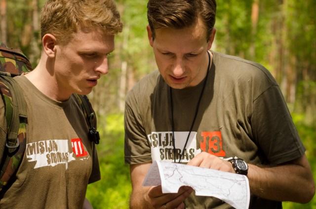 Žygio vadovas Arnoldas Fokas nagrinėja vietovės žemėlapį