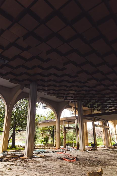 Erdvus holas įspūdingomis lubomis