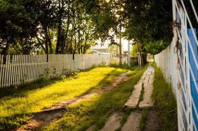 Aksarina kaimas. Lentos labai praverčia pavasarį, kada bet koks takas ar kelias tampa sunkiai įveikiamas