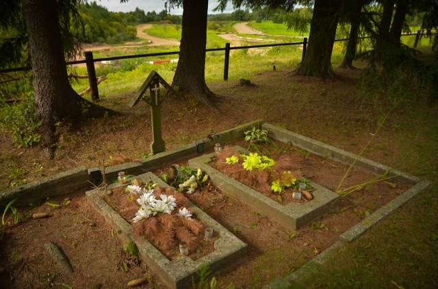 Šeimos kapas kapinių pakraštyje. Tolumoje matosi lenktynių trasa