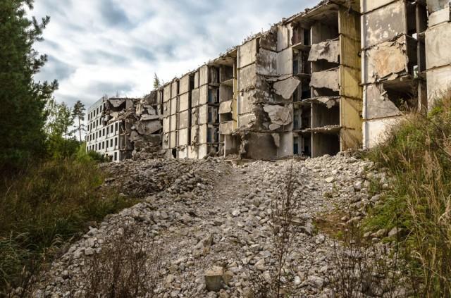 Pusiau sugriautas daugiabutis