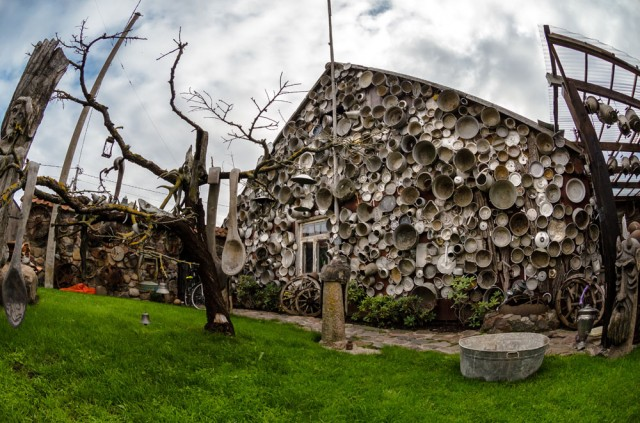 Kieme namas bliūdais apkabinėtas dar tankiau