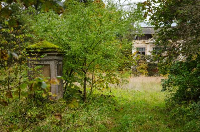 Namą paliekame, prieš akis - buvusio dvaro rūmai, vėliau virtę vila bei poilsio namais