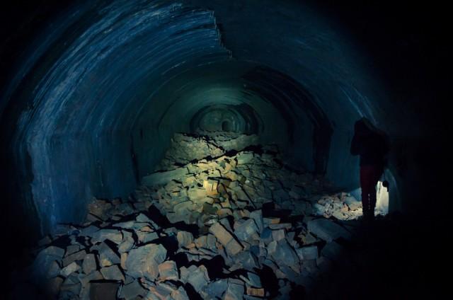 Toliau tunelis jungia kelias didesnes susprogdintas patalpas