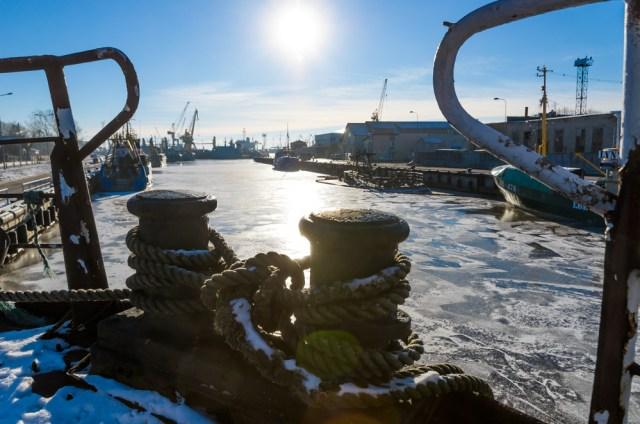 Uosto panorama nuo denio, vandenyje mirksta nuskendusio laivo Freisa likučiai