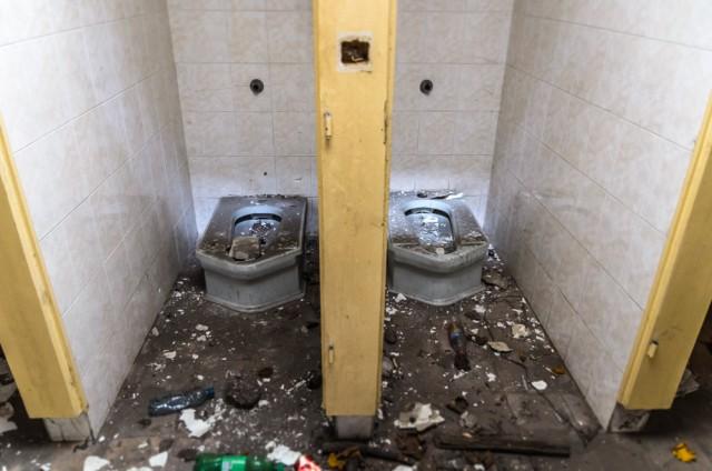 ...nors tualeto būklė puiki. Net lauko šviesa šviečia ten kur reikia taikytis