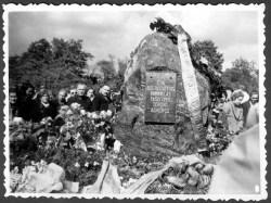 Laikino memorialinio akmens atidengimas, 1959 m.