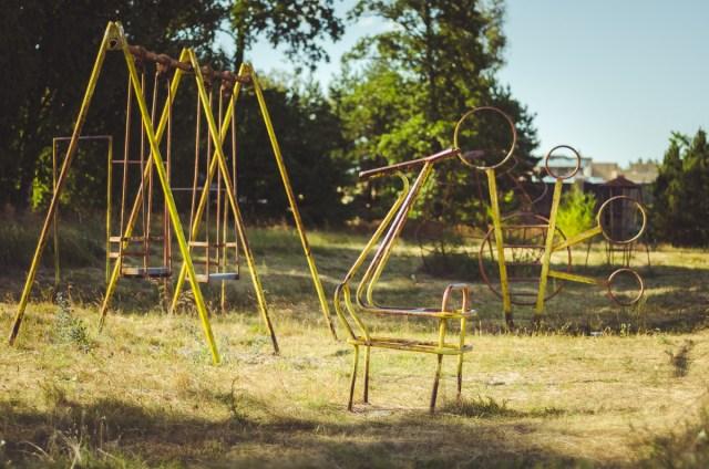 Pievutėje netoli baseino liūdi mano vaikystės laikų žaidimų aikštelė