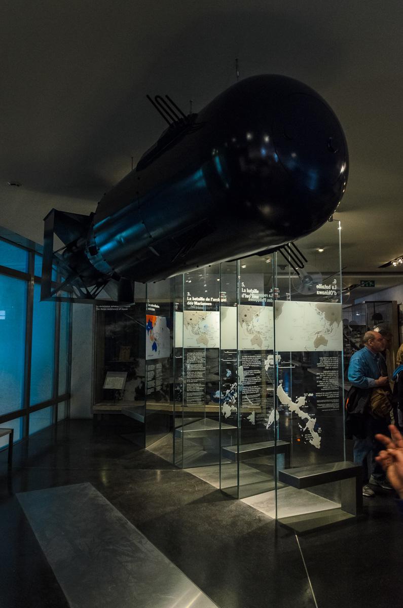 Kaip ir dera, ekspoziciją užbaigia branduolinė bomba Little Boy, kuri 1945 m. užkrito ant Hirošimos
