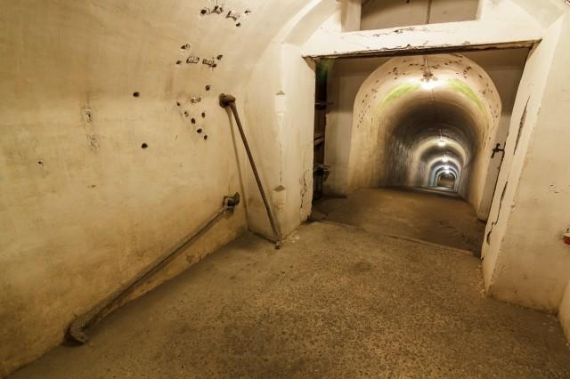 Forto požemius galima suskirstyti dalimis, kiekvieną jų skiria sunkios metalinės durys