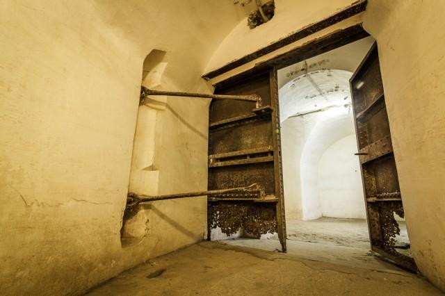 Šimtmetis negailestingai nugraužė tvirtų durų apačią
