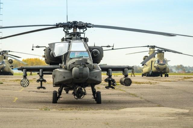 Boeing AH-64 Apache. Tolumoje - Boeing CH-47 Chinook