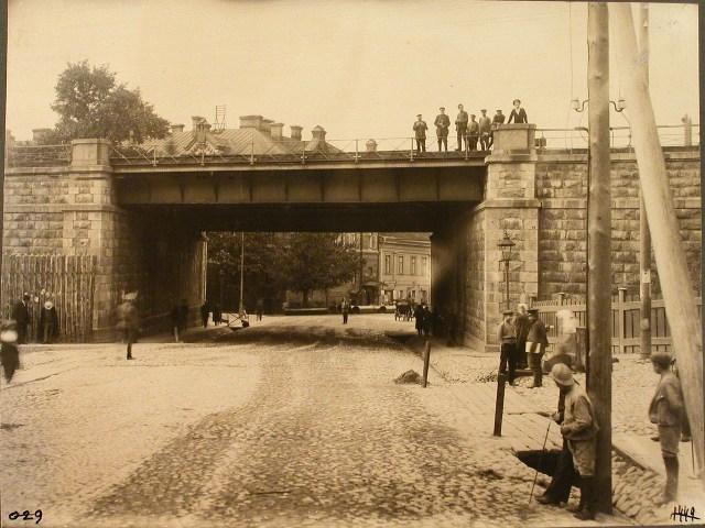 1449. Виленская губерния. Вильна. 658 верста. Группа мужчин на Остробрамском мосту.