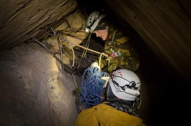 Stoties saugos virvei įrengimas. Nusileidimo virvę tvirtinome išorėje prie patikimesnio taško