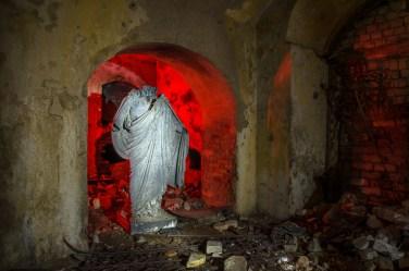 Iš kapinių atnešta išniekinta skulptūra