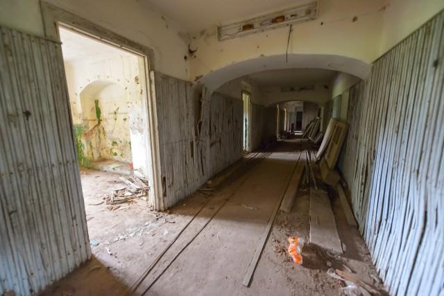 Išilginis rūsio koridorius. Vaizdas į PR
