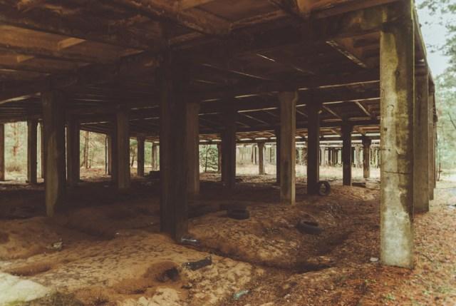 Grindų reljefą formuoja per stogo siūles varvantis lietaus vanduo
