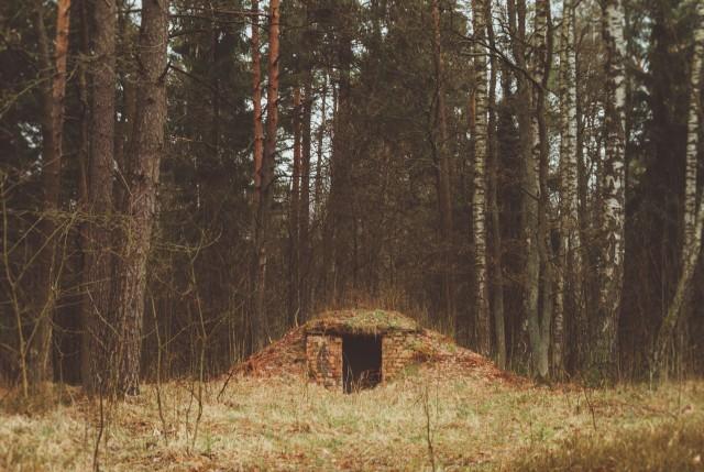 Paslaptingas statinys miškelio vidury