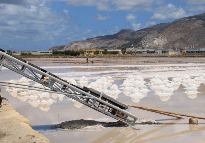 Saliny w Trapani, Sól morska, sale marino, sale di Trapani, sól z Trapani, saliny w Nubii, wydobywanie soli, żniwa solne, baseny solne, solniczki w Trapani, Trapani, Nubia, saliny w Nubii, Sycylia, Sicilia, żniwa solne, zbieranie soli