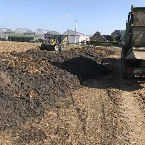 Das Substrat aus dem Fermenter (Sinkschicht) wird auf das Feld aufgebracht. Mit Miststreuern wird die Masse verteilt. Fermentersanierung August 2019, Nierswalder Biogasanlage.