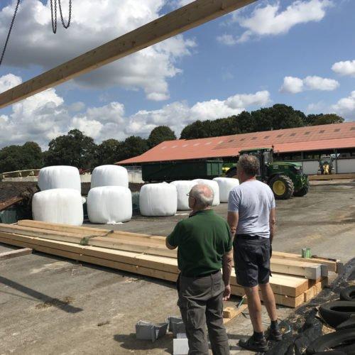 Ein Balken nach dem anderen wird hochtransportiert. das erfordert Geduld. Fermentersanierung August 2019, Nierswalder Biogasanlage.