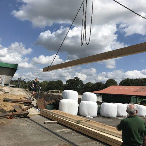Die Holzbalken werden mit einem Kran bewegt. Fermentersanierung August 2019, Nierswalder Biogasanlage.