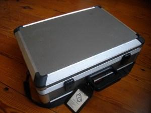 De koffer van de facilitator: aluminium koffertje met wat ik gebruik bij het faciliteren van workshops