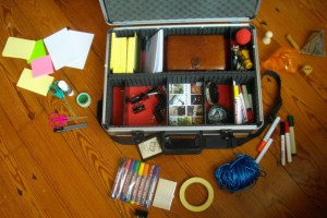 Wat in de koffer van de facilitator zit, uitgestald er omheen