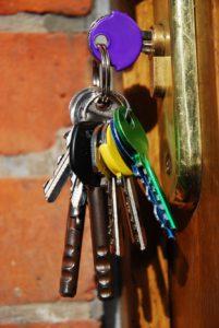 Sleutelbos hangend aan slot van houten deur, copyright St. Mattox