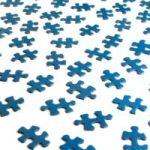 Blauwe, losse puzzelstukjes. Copyright foto: Daino_16