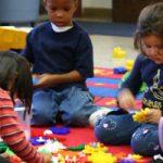 Kinderen doen een spel op de peuterspeelzaal, copyright foto: Anissa Thompson