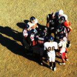 Footballteam overlegt op het veld, copyright foto Julio Shiiki