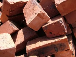 Bakstenen, bouwstenen voor een muur. Copyright foto: Lotus head.
