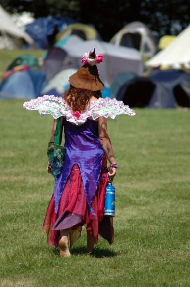 Meisje verkleed als elfje met aluminium drinkfles op grasveld. Copyright foto: Tamlyn Rhodes