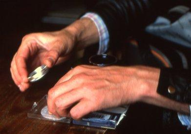 Handen die bezig zijn met wat onderdelen. Copyright foto: Jon Wisbey