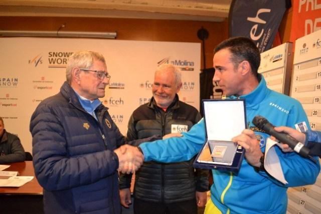 Un emocionado Breifuss recibe la Insignia Olímpica de la mano de May Peus, máximo dirigente de la RFEDI