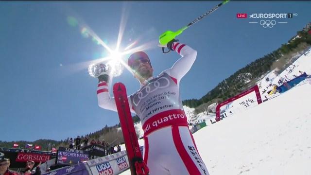 Marcel Hirscher exhibe el Globo de slalom conquistado FOTO: Eurosport