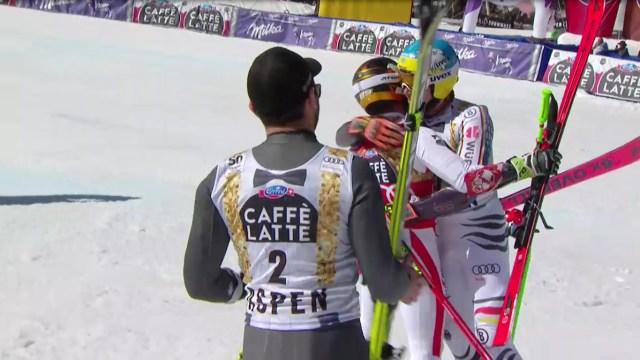 Marcel Hirscher es felicitado por Felix Neureuther y Mathieu Faivre al término del gigante FOTO: Eurosport