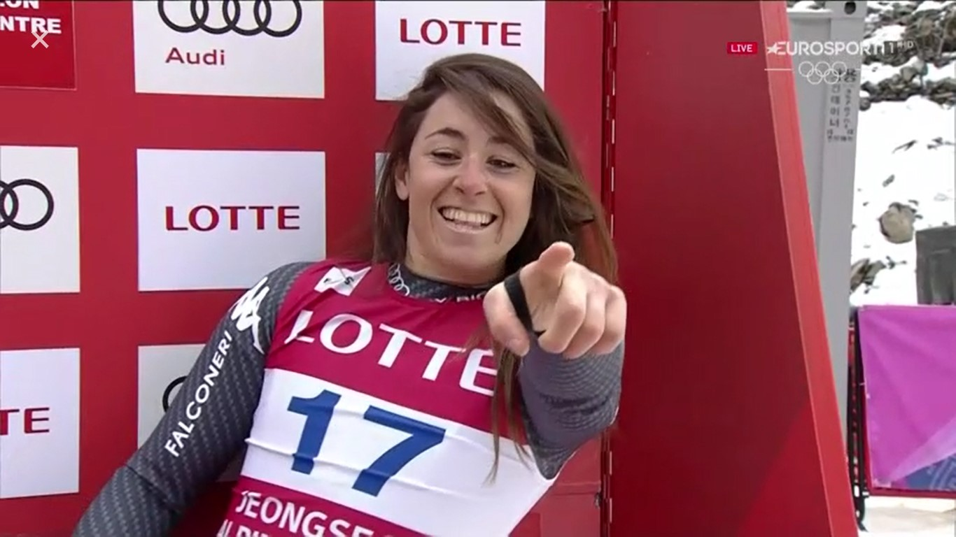 Sofia Goggia señala sonriente a Lindsey Vonn al comprobar que la estadounidense no había mejorado su tiempo FOTO: Eurosport