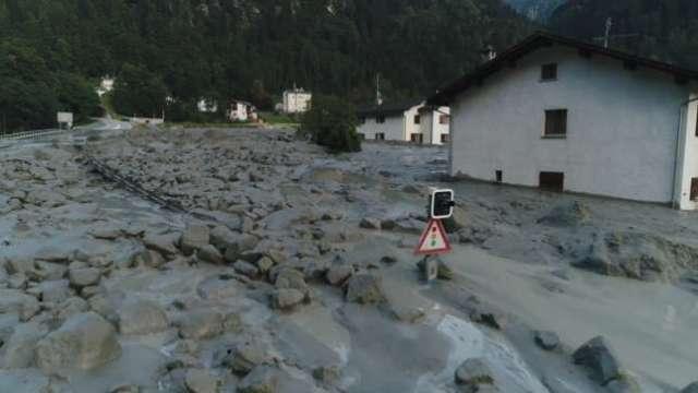 Las piedras y el lodo llegan al centro del pueblo