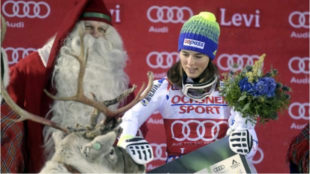 Petra Vlhova de Eslovaquia celebra su victoria en el podio con Papá Noel y un reno después de la carrera VESA MOILANENAFP-PHOTO