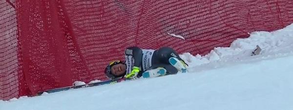 Valentin Giraud Moine acabó contra las vallas tras su caída en el descenso de Garmich Partenkirchen, de donde salió con las dos rodillas seriamente lesionadas FOTO: Eurosport