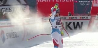 Jasmine Flury saluda a la afición suiza después de haber marcado el mejor tiempo y lograr su primera victoria en la Copa del Mundo
