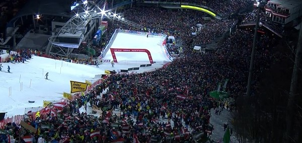 Espectacular imagen una pista Planai abarrotada de aficionados en el slalom de esta noche