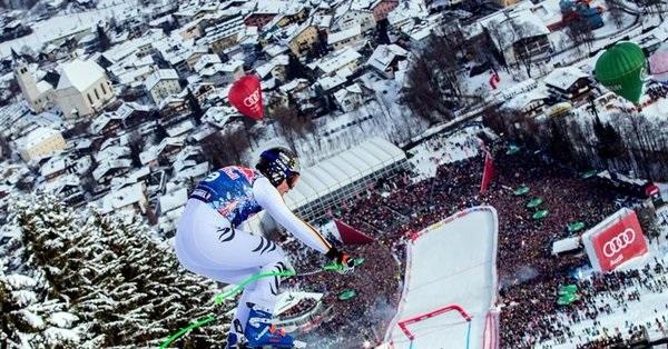 Espectacular imagen de Thomas Dressen en su descenso victorioso en la legendaria Streif