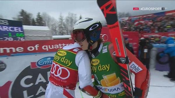 Henrik Kristoffersen felicita por su victoria a Marcel Hirscher