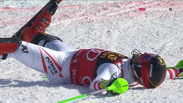 Marcel Hirscher, en el suelo tras cruzar la meta y saberse ya dueño del Globo de slalom