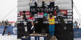 Lucas Eguibar en el podio de Veysonnaz junto a los estadounidenses Nate Holland y Mick Dierdorff FOTO: RFEDI