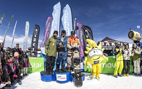 Josito Aragón, en lo más alto del podio tras revalidar su título de campeón de España de snowboard slopestyle FOTO: Alejandro Molina-FADI